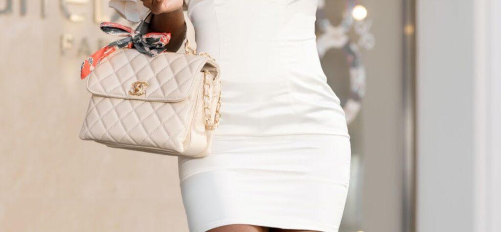 biele šaty, prešívaná kabelka