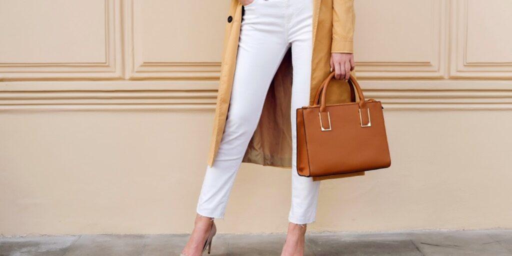 Akú malú kabelku na rameno zvoliť, aby ladila s outfitom?