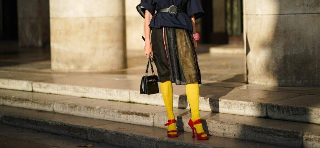 farebné pančuchy, červené sandále, žlté sandále